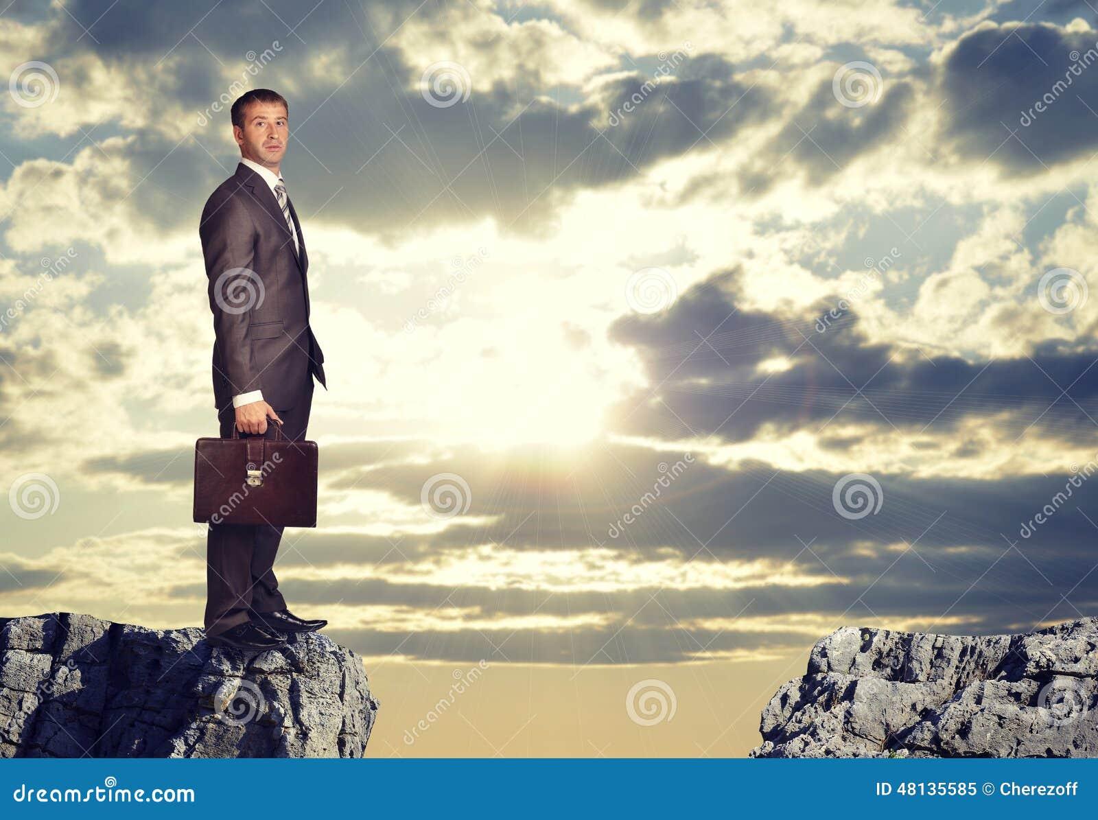 站立在岩石空白边缘的商人
