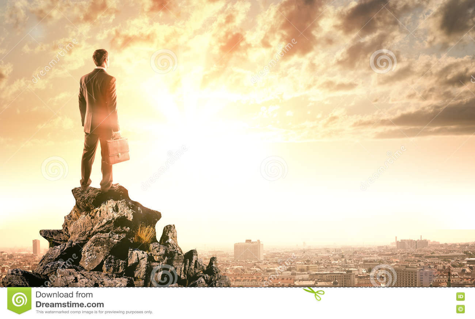 站立在岩石边缘的年轻商人