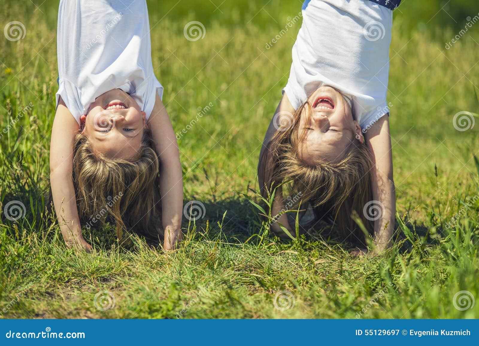 站立在手上的一个草甸的孩子