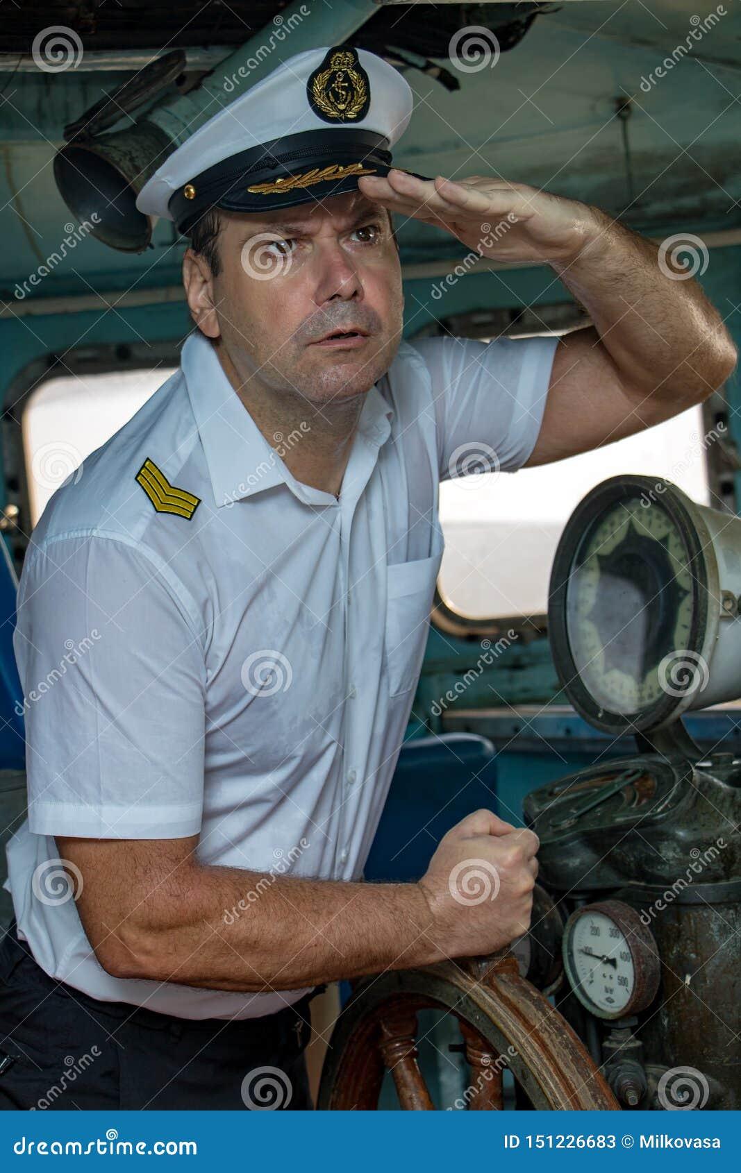 站立在操舵室的上尉