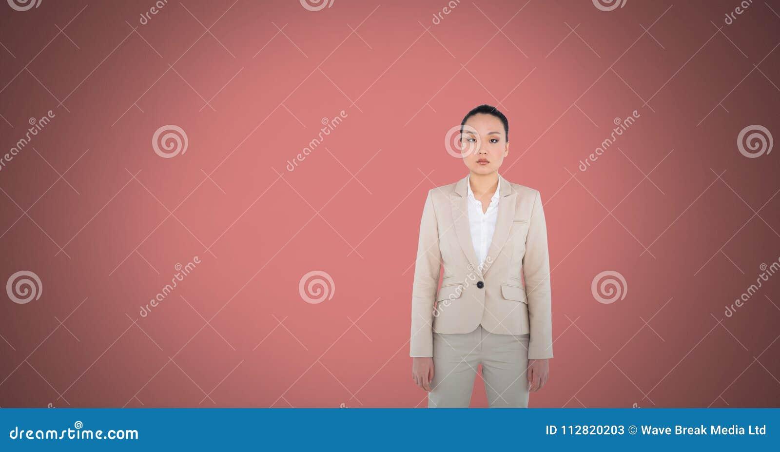 站立在桃红色空间的妇女