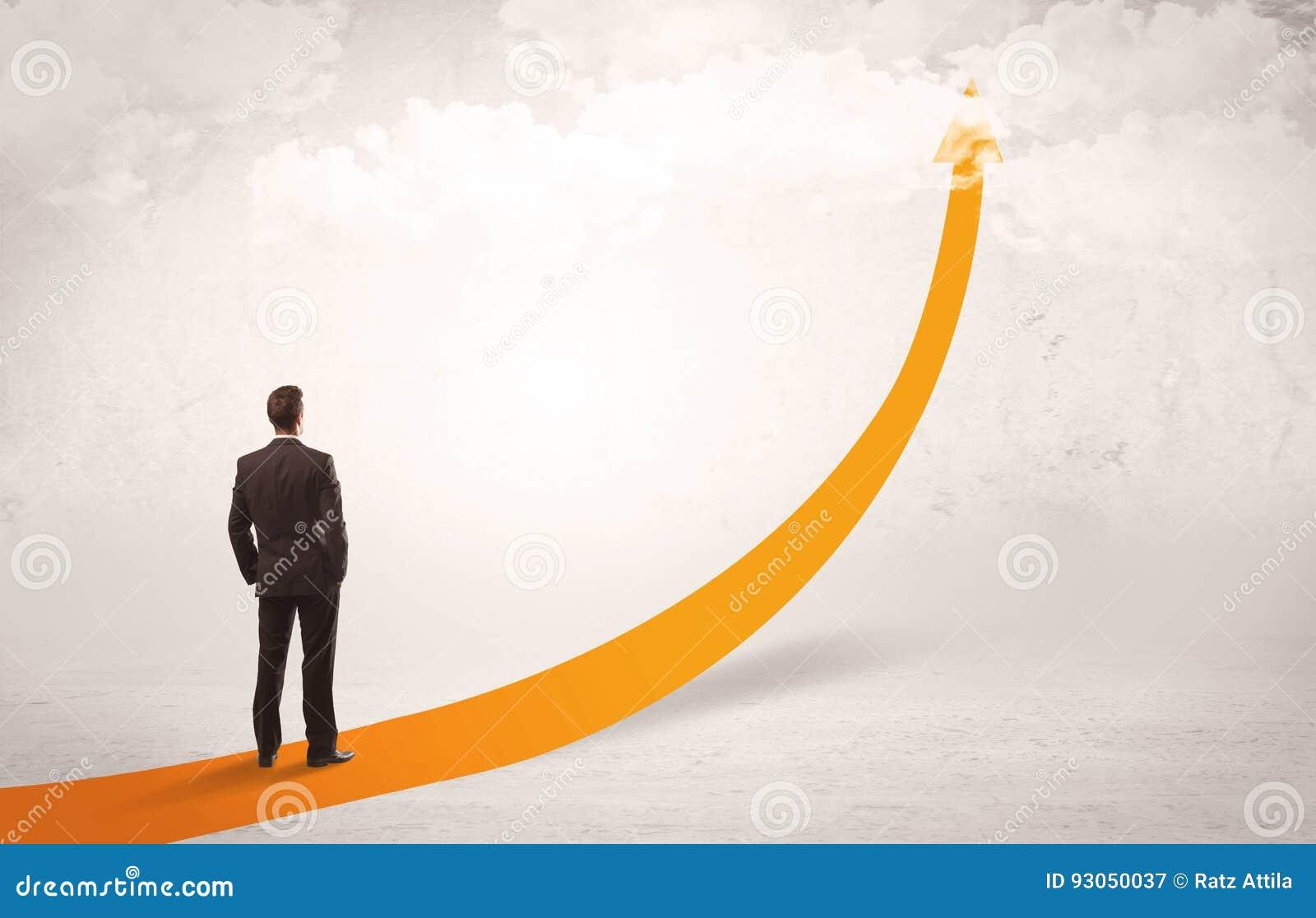 站立在橙色箭头的企业人