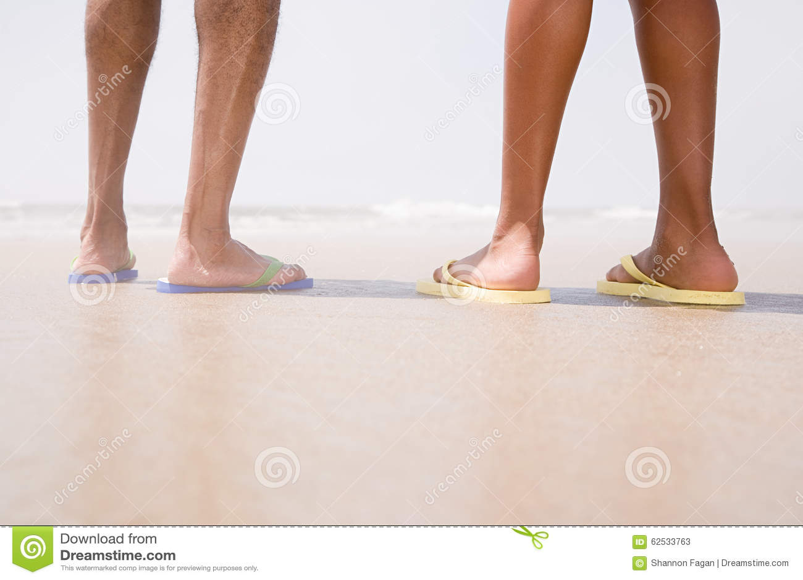 站立在海滩的两个人