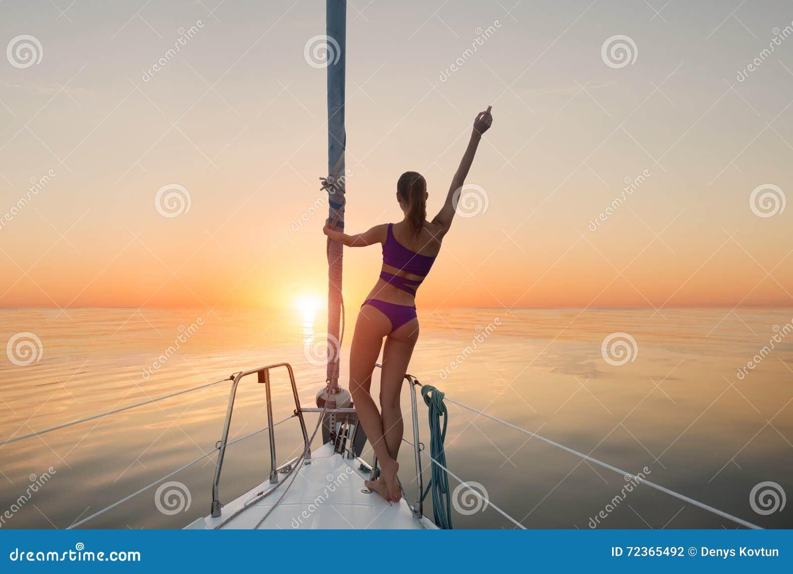 站立在游艇弓的女孩
