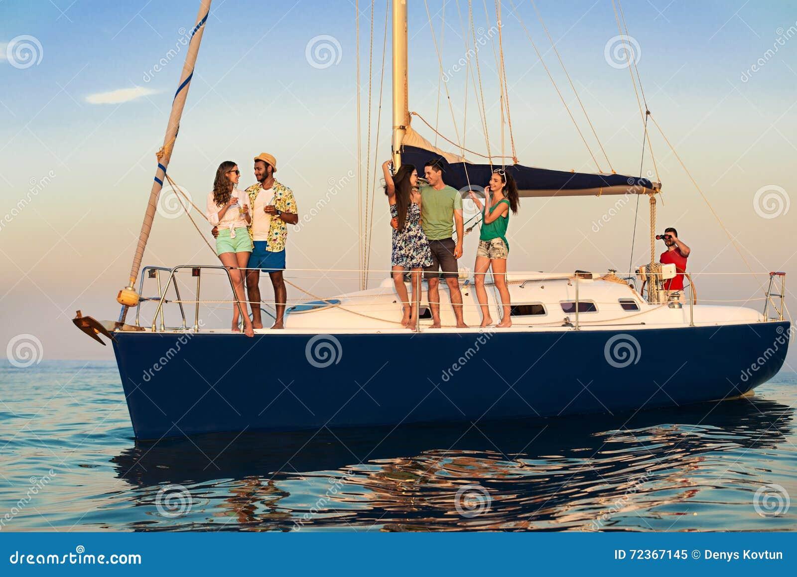 站立在游艇的青年人