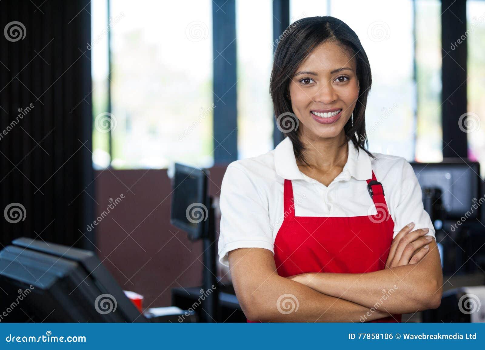 站立在现金柜台的女职工