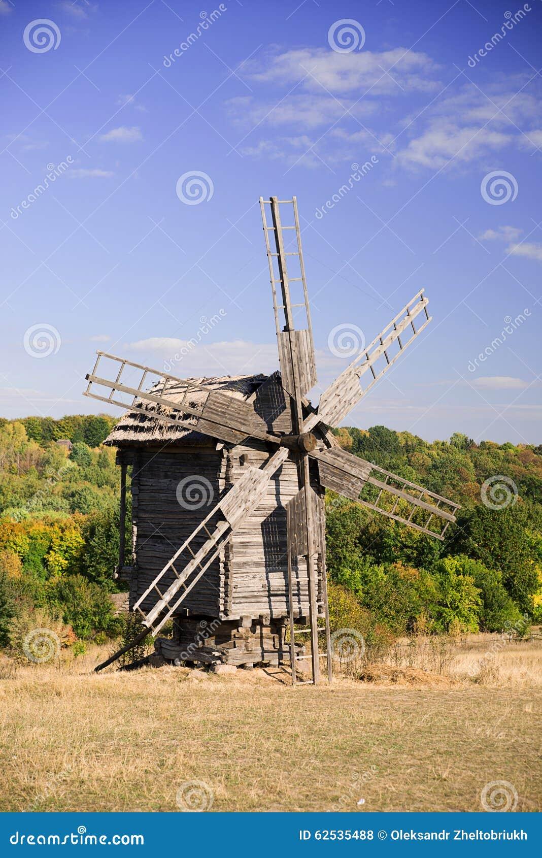 站立在秋天森林边缘的风车