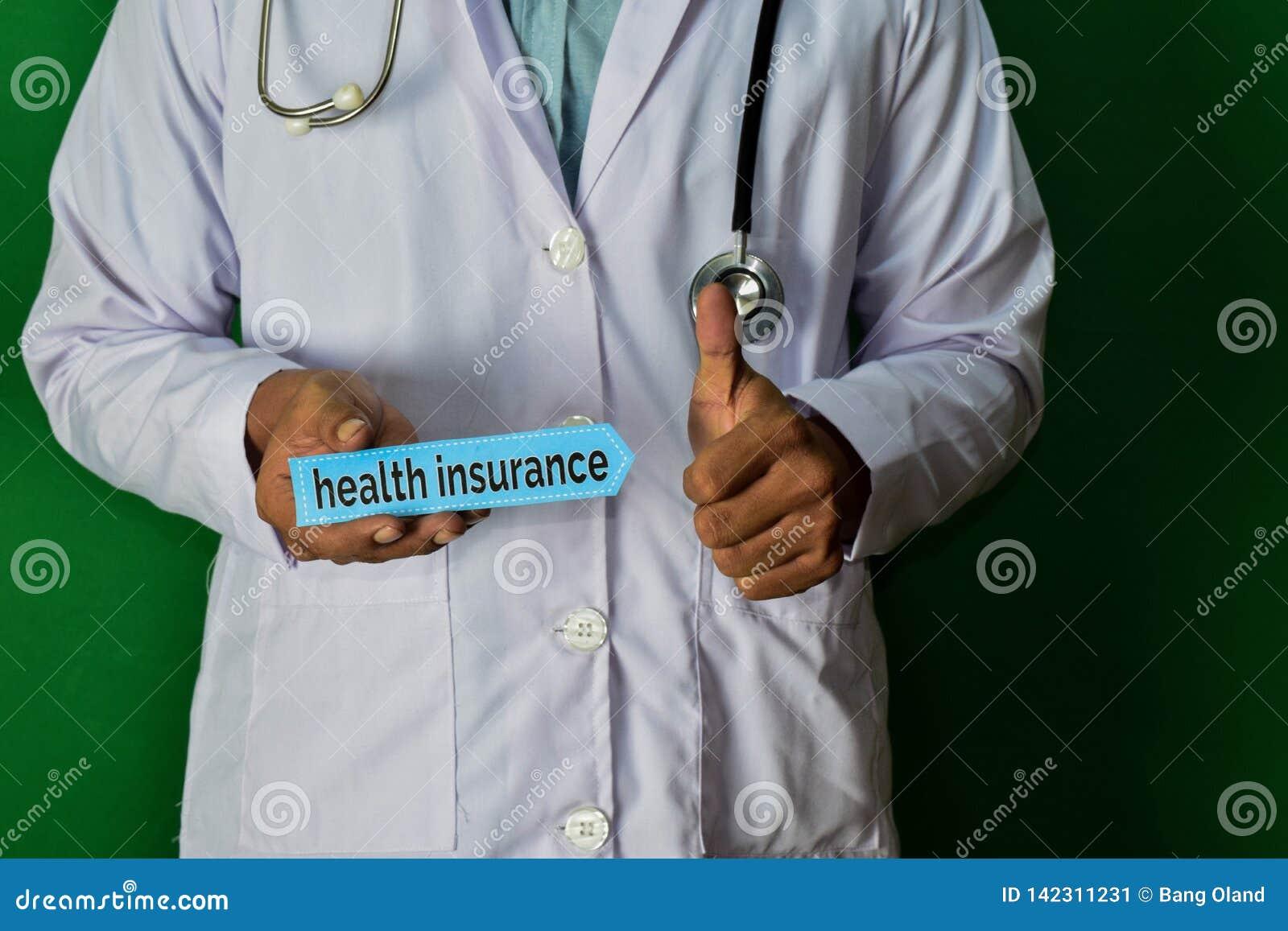 站立在绿色背景的医生 拿着保险纸文本