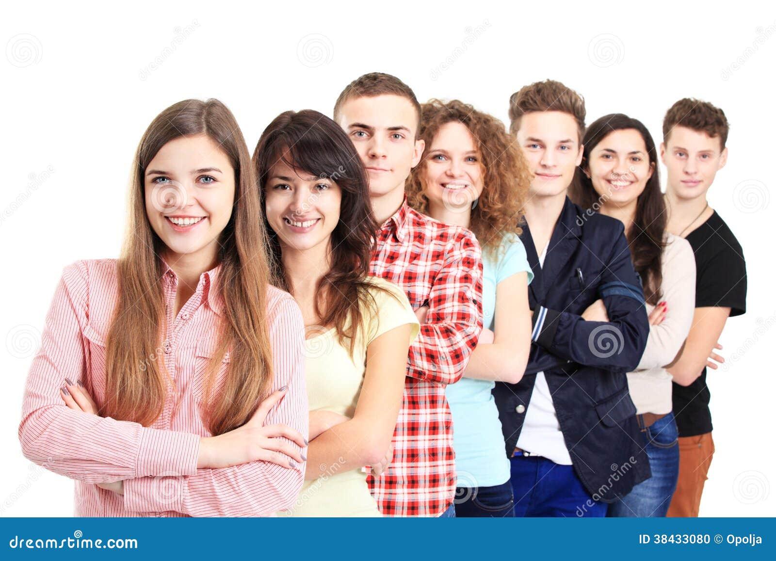 站立在行的愉快的微笑的学生