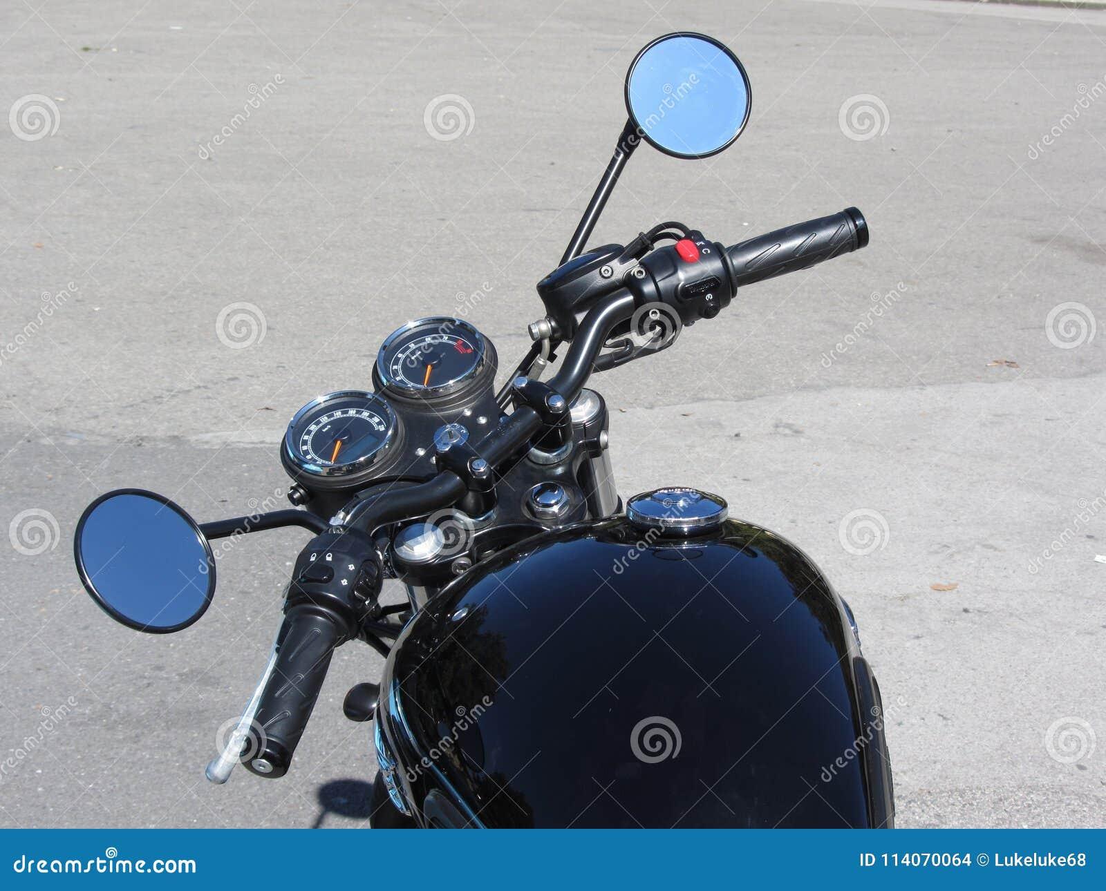 站立在路的经典摩托车