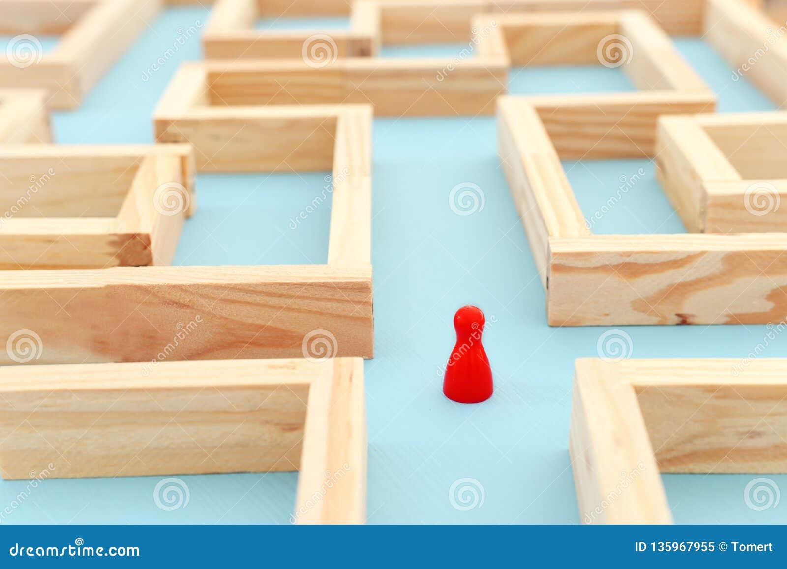 站立在迷宫和寻找最佳的方式或解答概念照片