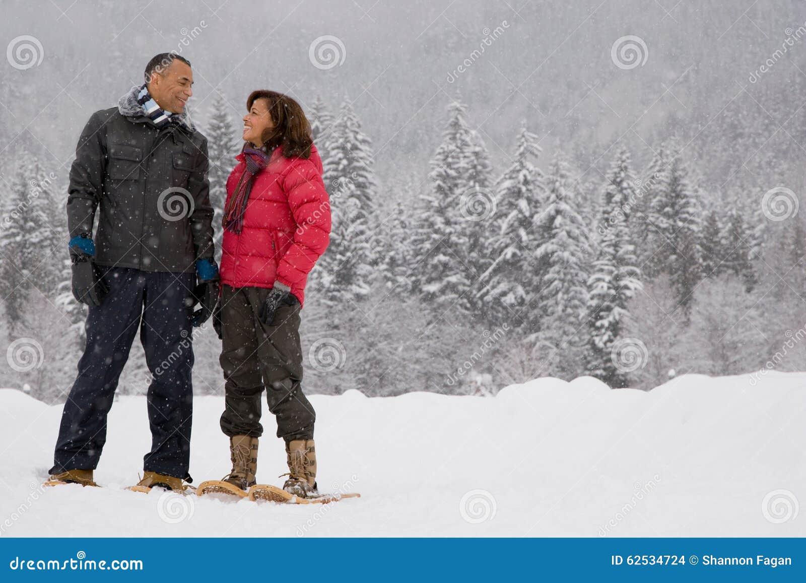 站立在雪的成熟妇女