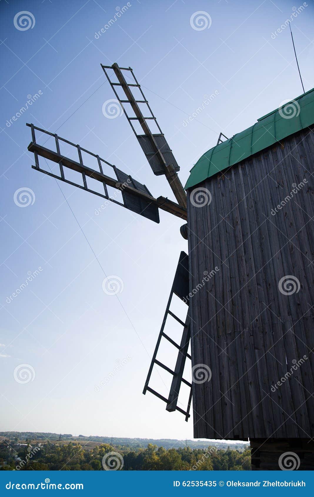 站立在领域的风车反对蓝天