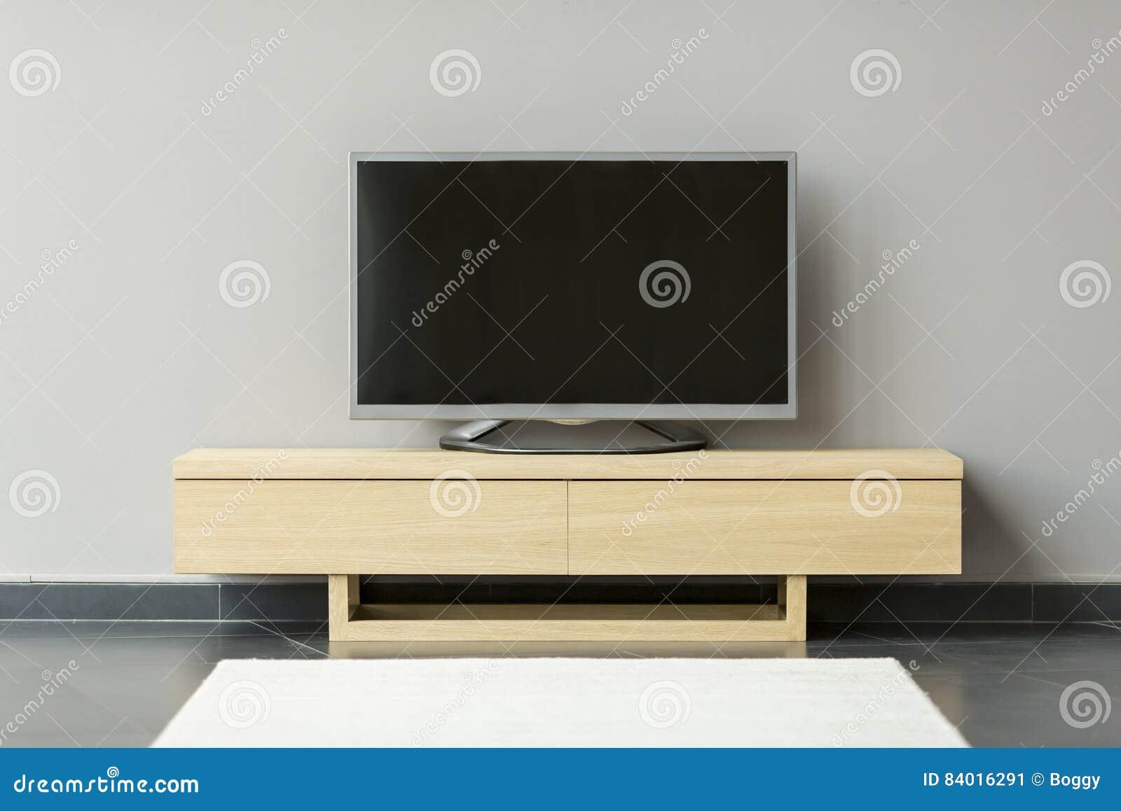站立在洗脸台的平电视在屋子里