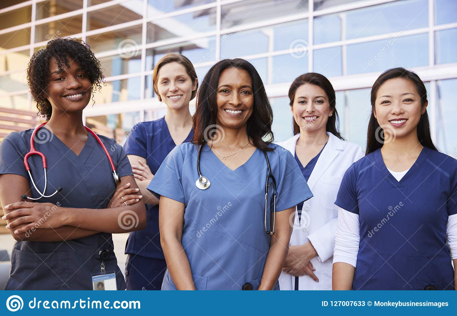 站立外部医院的女性医疗保健同事