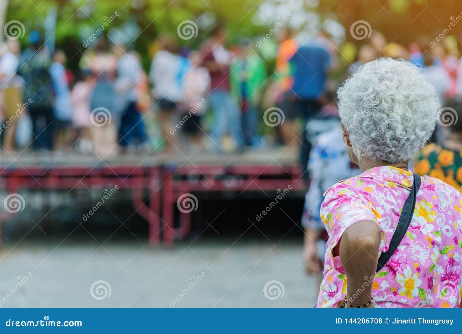 站立的长辈女性手表泰国舞蹈后面看法在阶段的