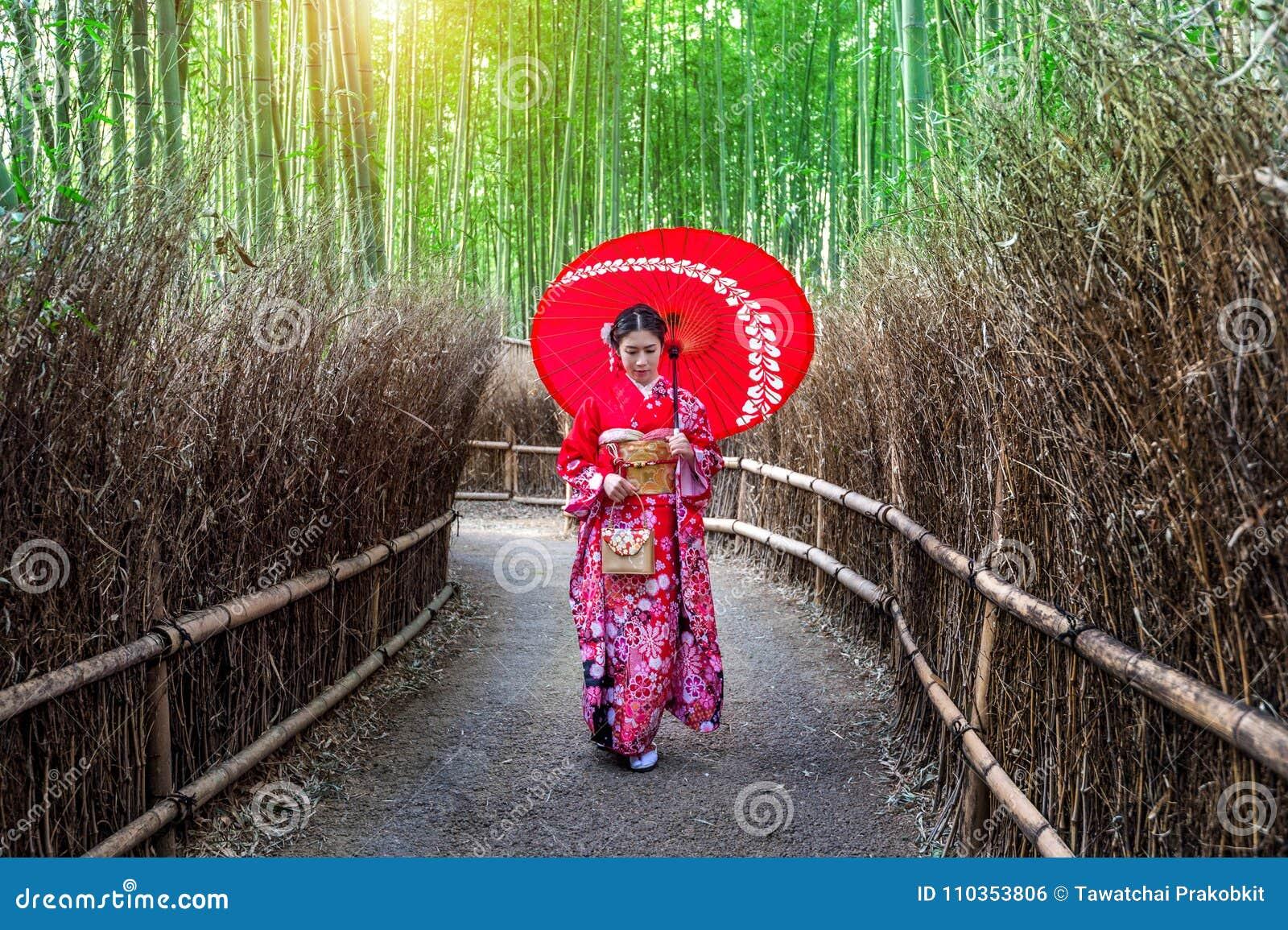 竹穿日本传统和服的森林亚裔妇女在竹森林在京都,日本