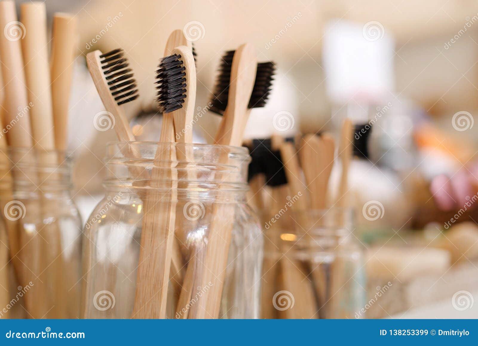 竹Eco友好的生物可分解的木牙刷在零的废商店 没有塑料神志清楚的简单派素食主义者生活方式