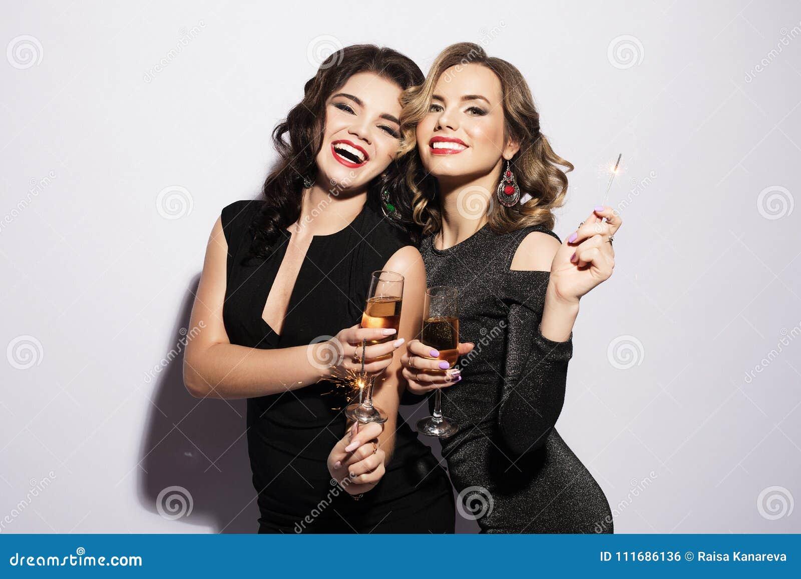 笑与香宾水晶的两名富有的妇女夫妇  豪华 1 3 5 6 8个所有鸡尾酒椰子colada多维数据集饮料新鲜的冰成份查出的汁液长度单位评定牛奶混合的当事人pina菠萝puerto纯rican兰姆酒服务片式匙子时间对白色