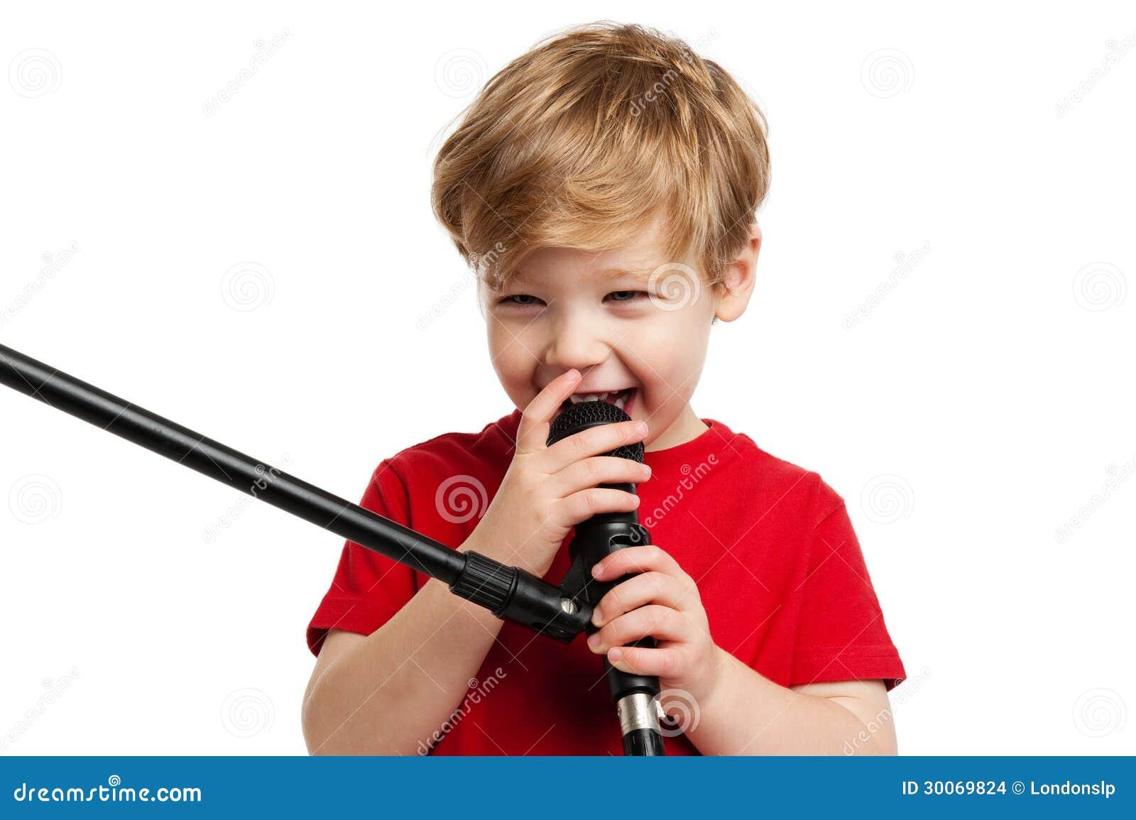 逗人喜爱男孩唱歌