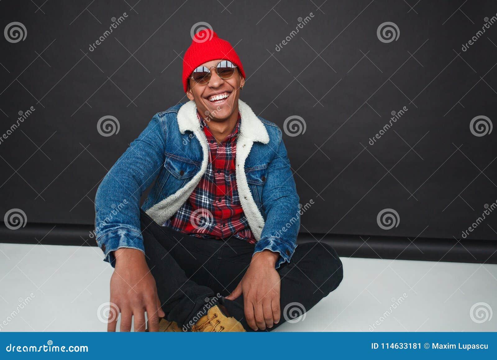 笑的时髦种族人在演播室
