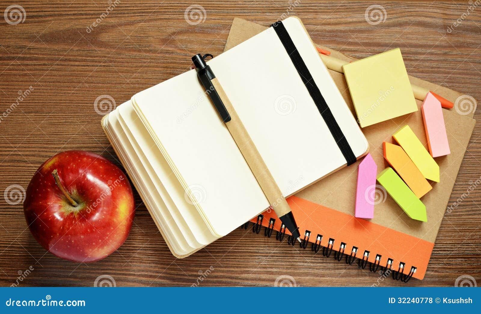 笔记本,笔,贴纸和苹果图片