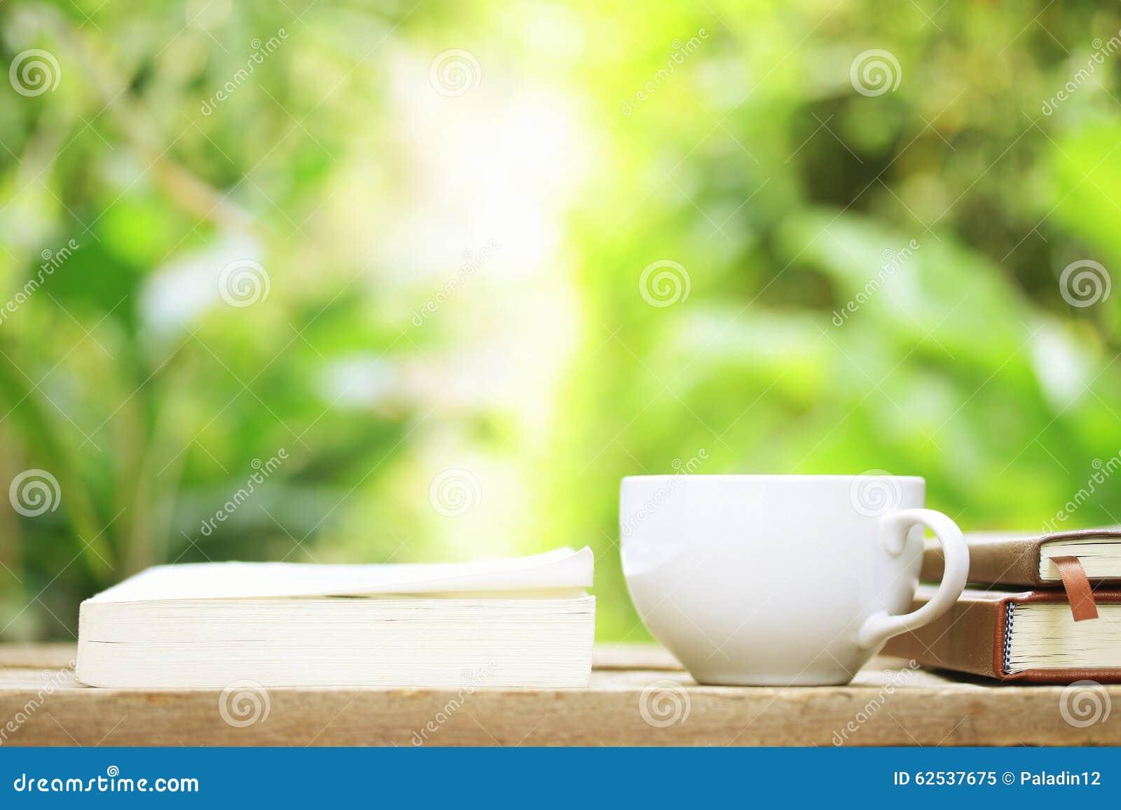 笔记本和咖啡在木桌上