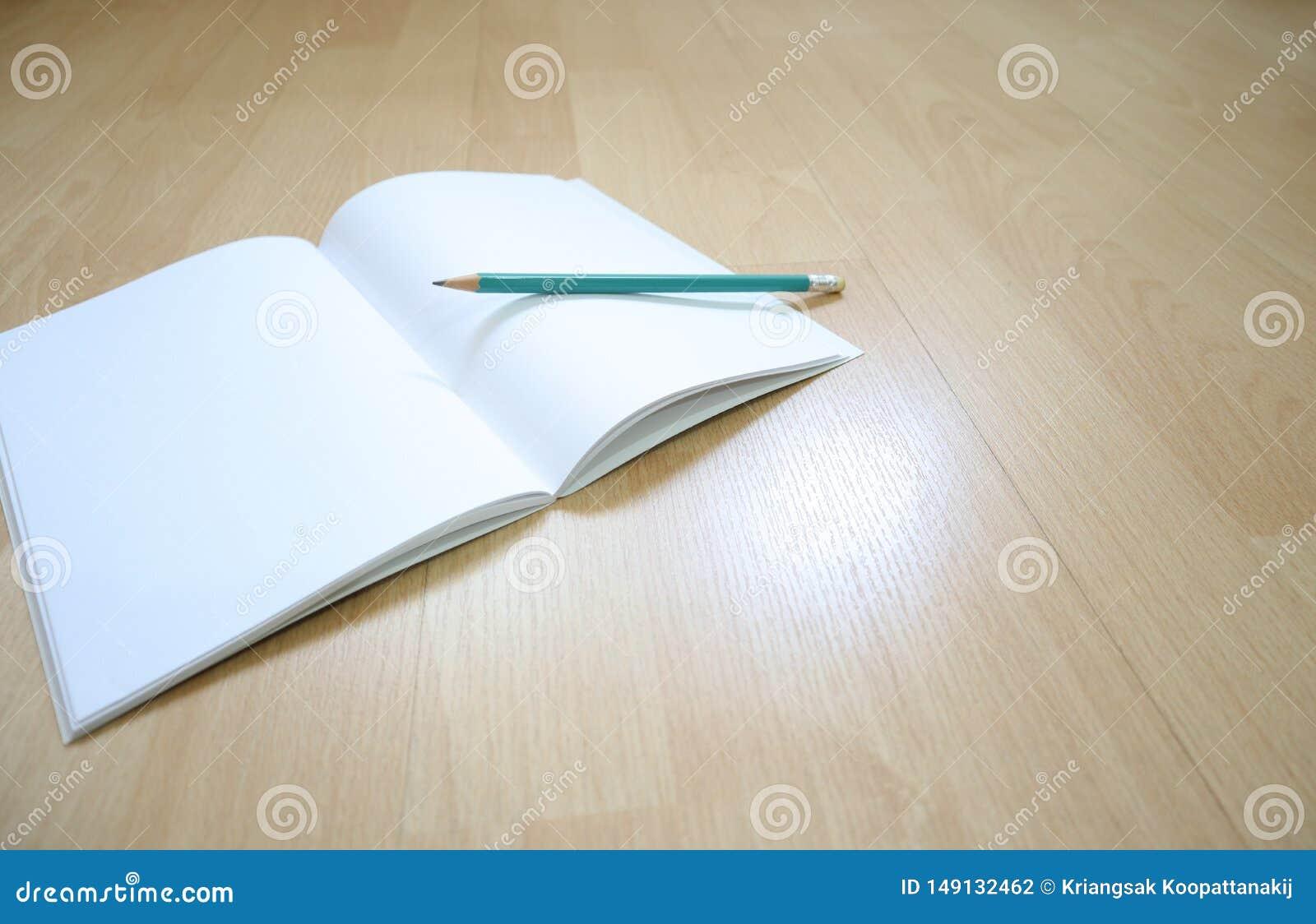 笔记本和铅笔在木地板上