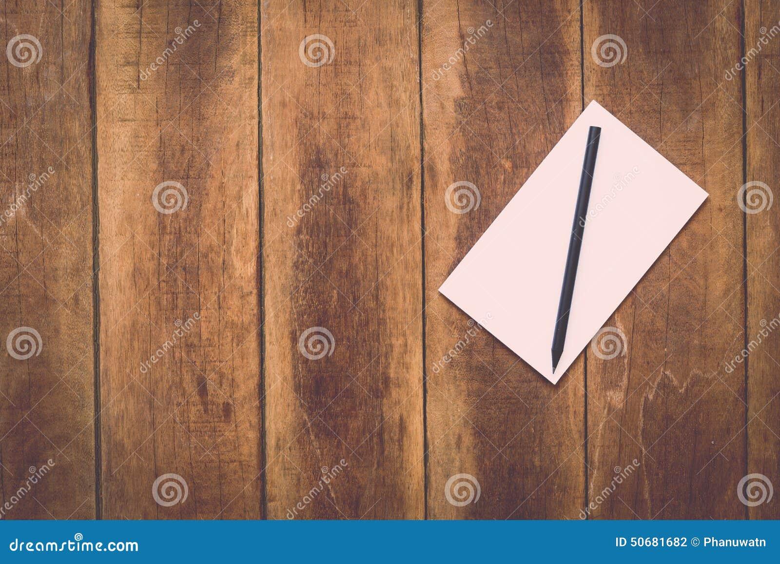 Download 笔记本和铅笔在木头 库存照片. 图片 包括有 降低, 附注, 背包, 列表, 钉书匠, 纹理, 空白的, 模式 - 50681682