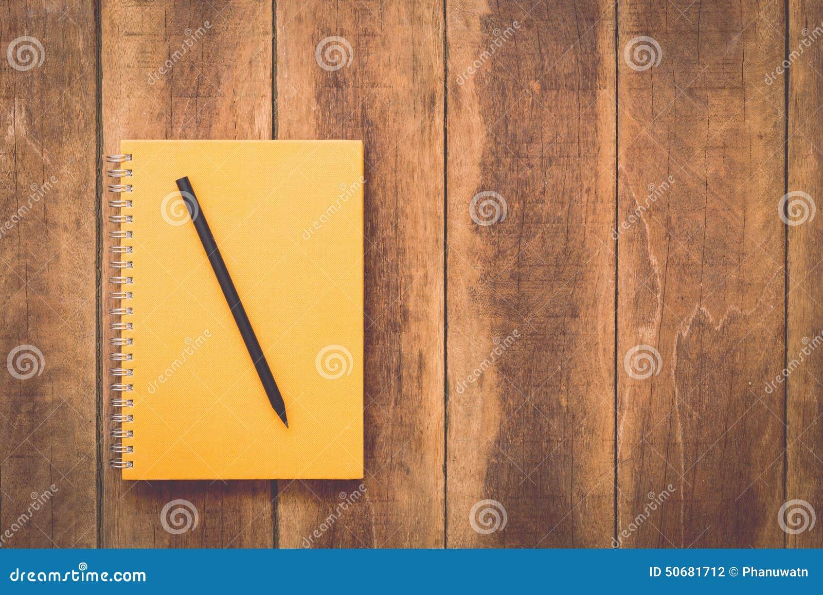 Download 笔记本和铅笔在木头 库存照片. 图片 包括有 木头, 背包, 消息, 记事本, 开放, 纸张, 文件, 空间 - 50681712