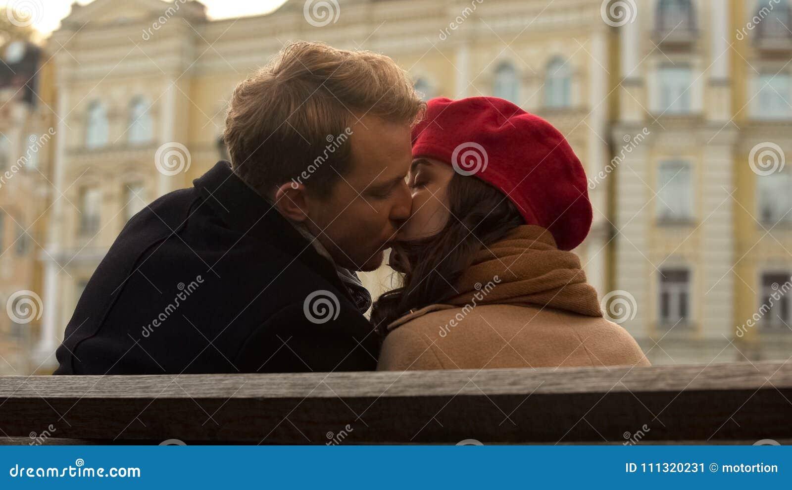 第一次亲吻可爱的青年人,浪漫大气,秋天