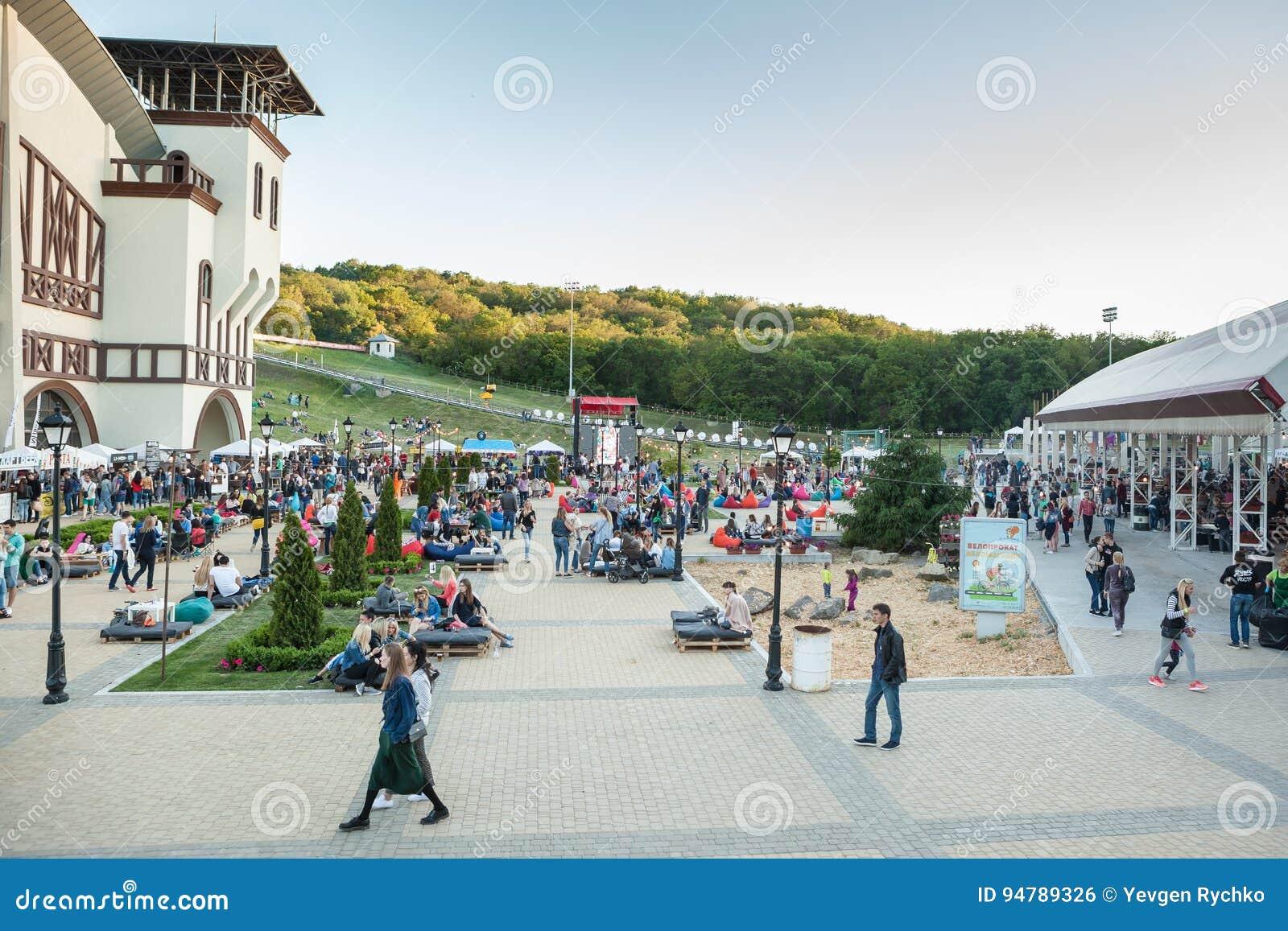 第聂伯罗彼得罗夫斯克,乌克兰- 2017年6月3日:人们在有家庭的公园拉维娜去野餐在第聂伯罗彼得罗夫斯克, 6月的乌克兰
