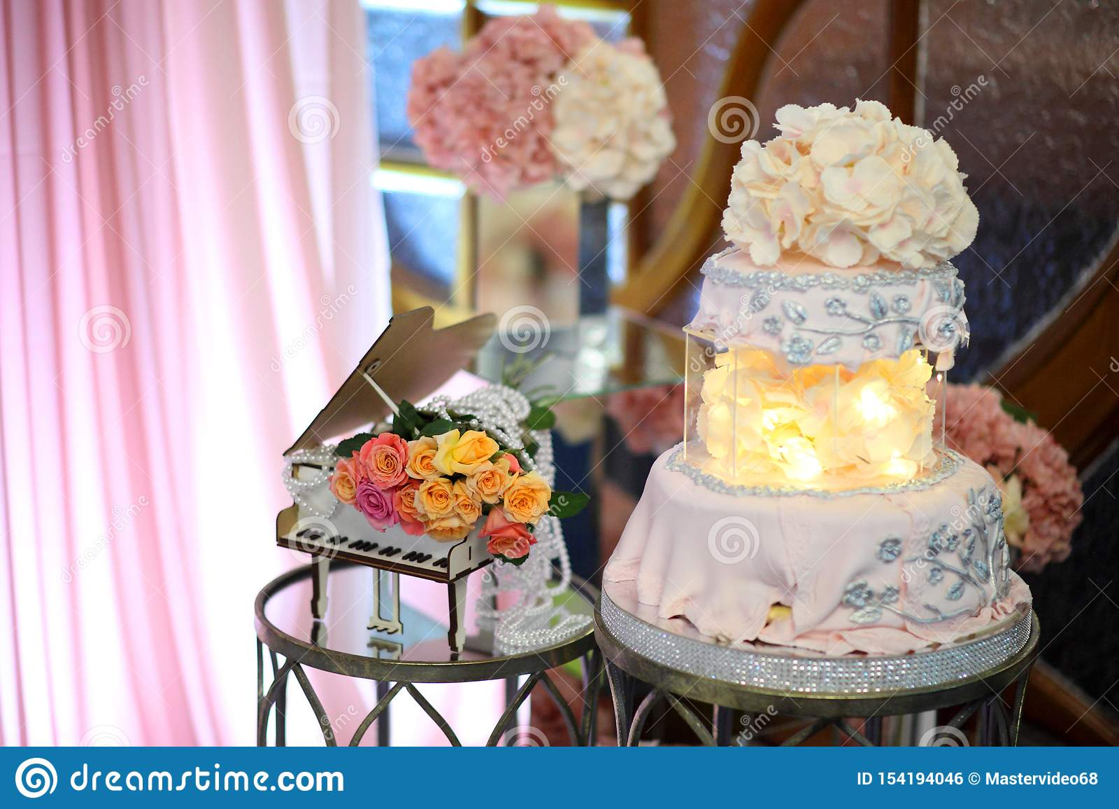 第50周年的蛋糕 与桃红色奶油的甜生日蛋糕