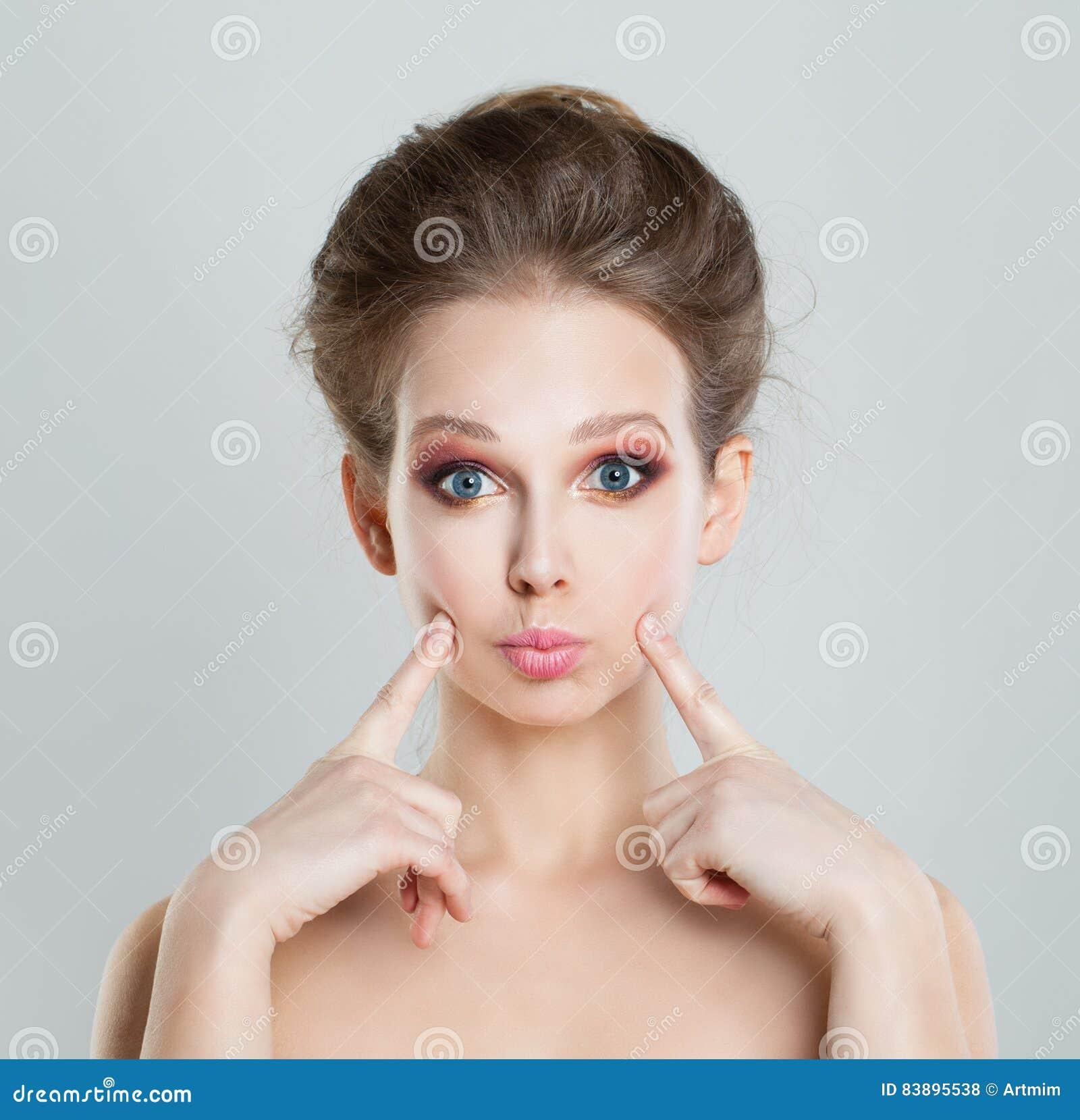 等待亲吻的滑稽的女孩时装模特儿