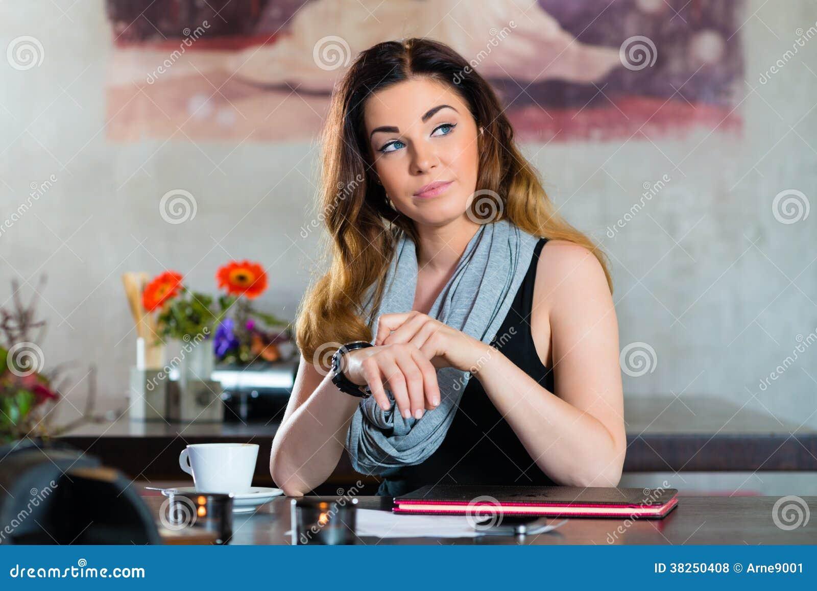 等待在咖啡馆的学生或女实业家