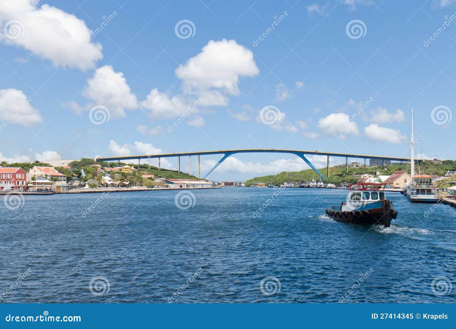 等待在圣塔安那海湾港口的领航船