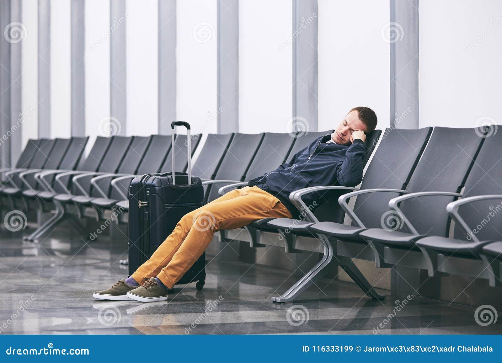 等待在机场终端