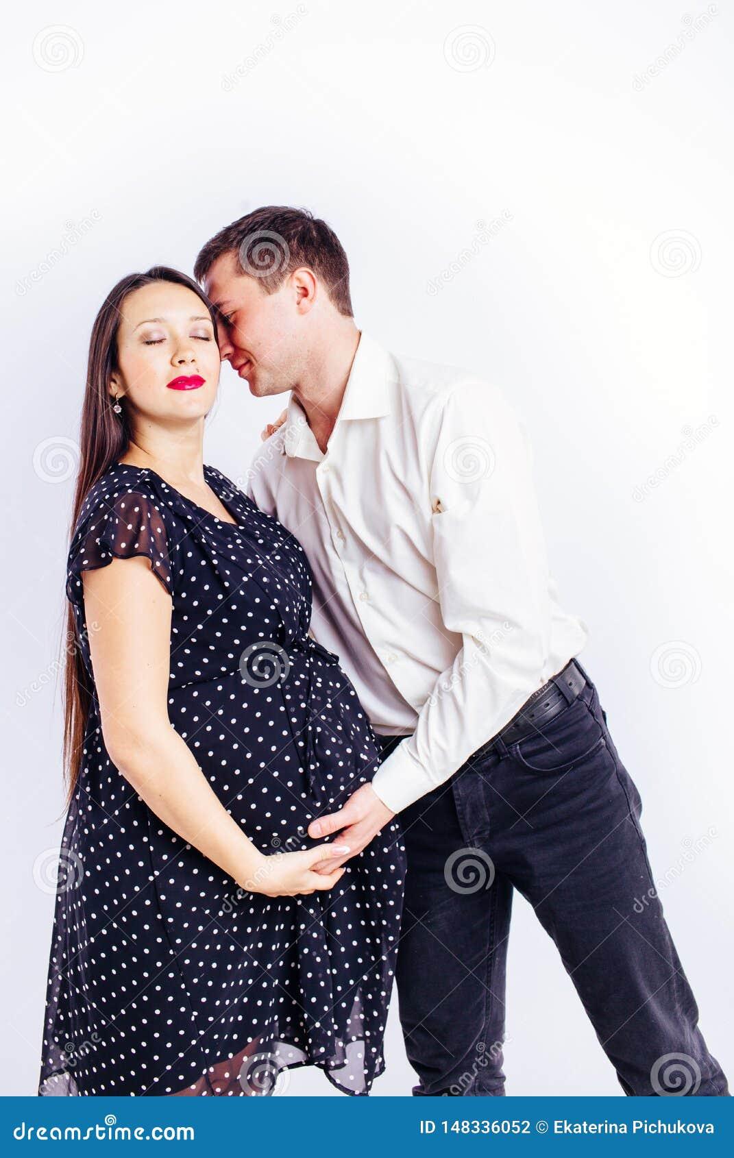 等待她的有丈夫的怀孕的年轻女人孩子