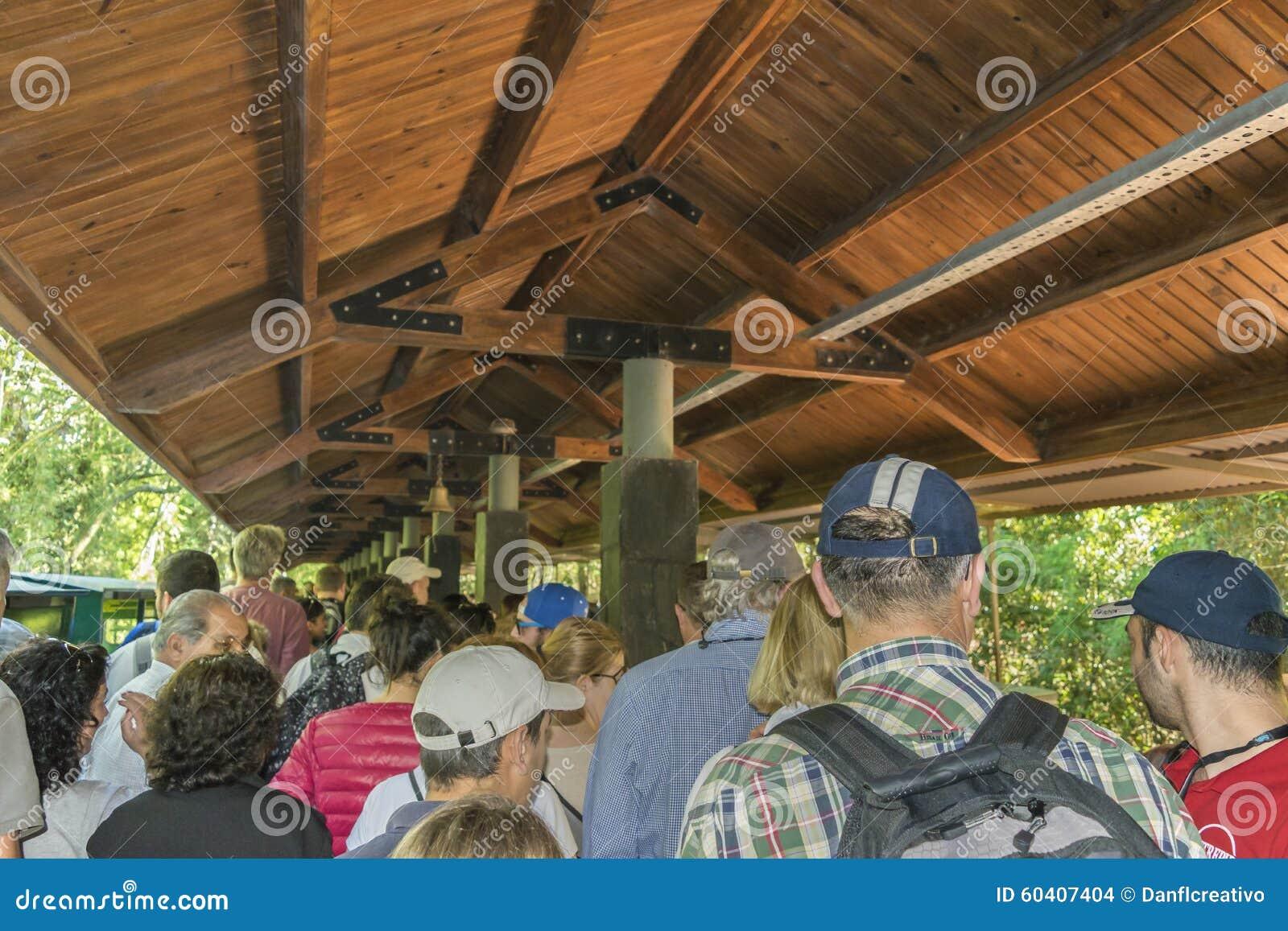 等待对海外火车的人们对DevilÂ的喉头在伊瓜苏