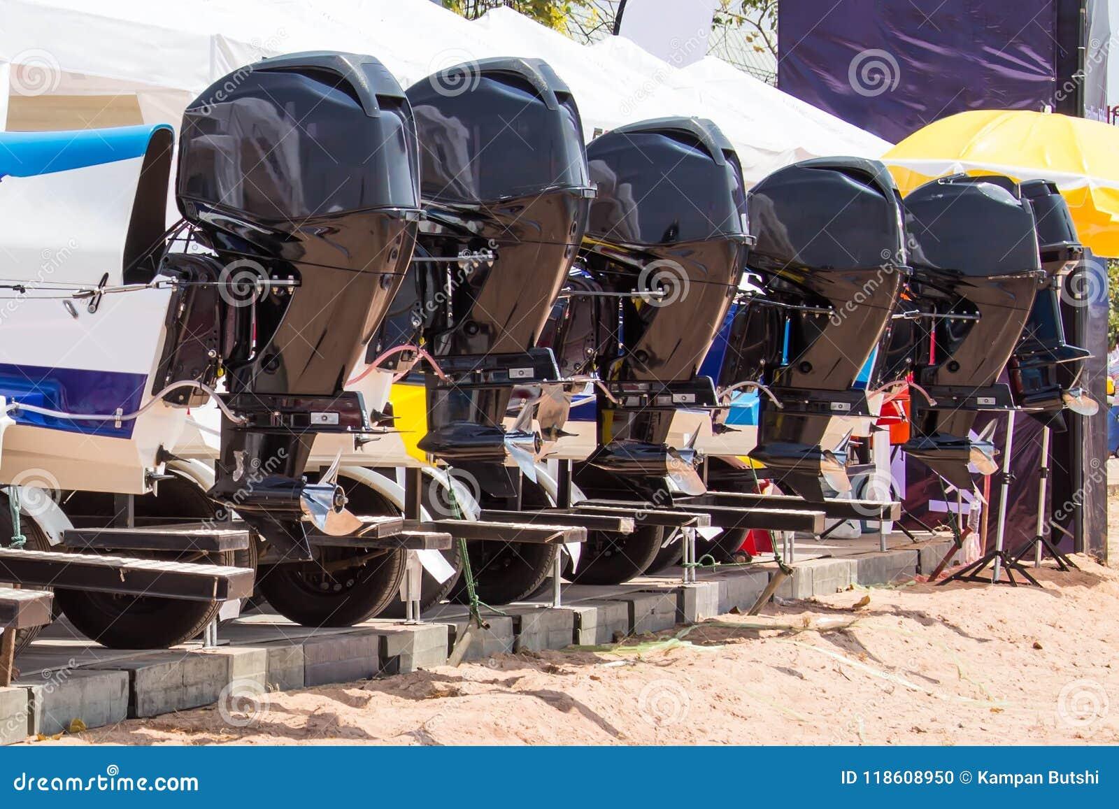 等待对竞争的快艇的引擎在池塘
