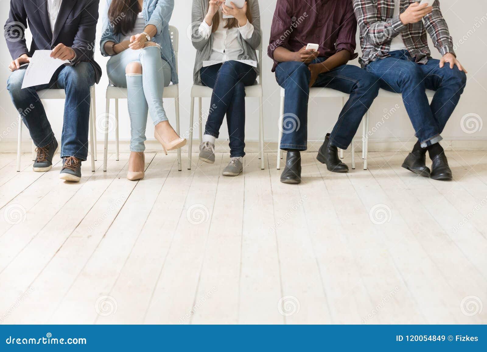 等待工作面试的不同的工作候选人底视图