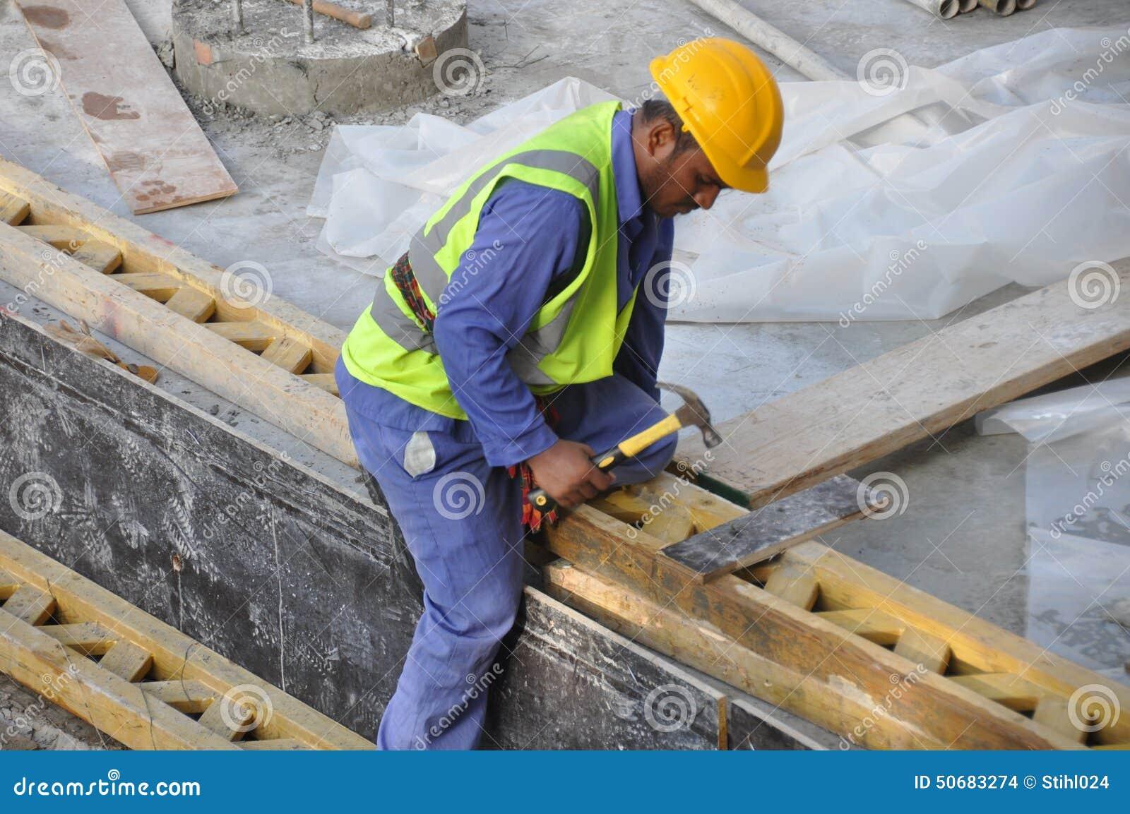 Download 建筑查出的好成套装备工作者 编辑类库存图片. 图片 包括有 安全性, 迪拜, 锤击, 现有量, 印第安语 - 50683274