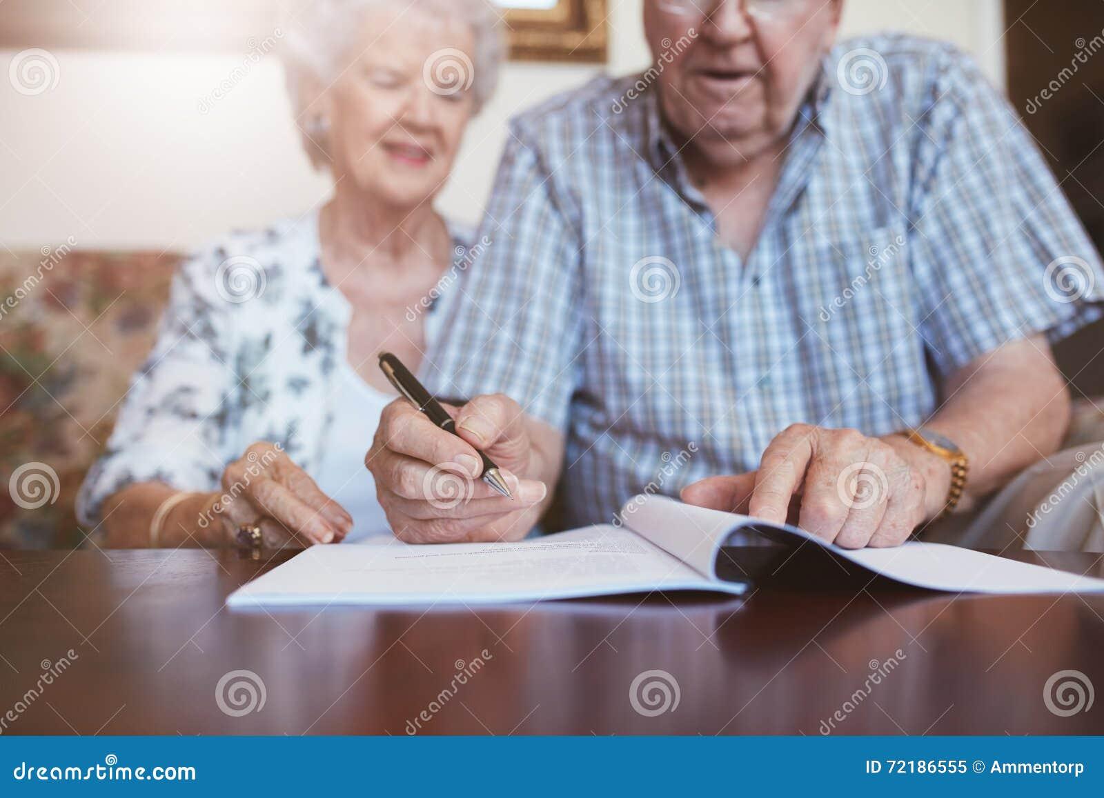 签署他们的意志文件的资深夫妇