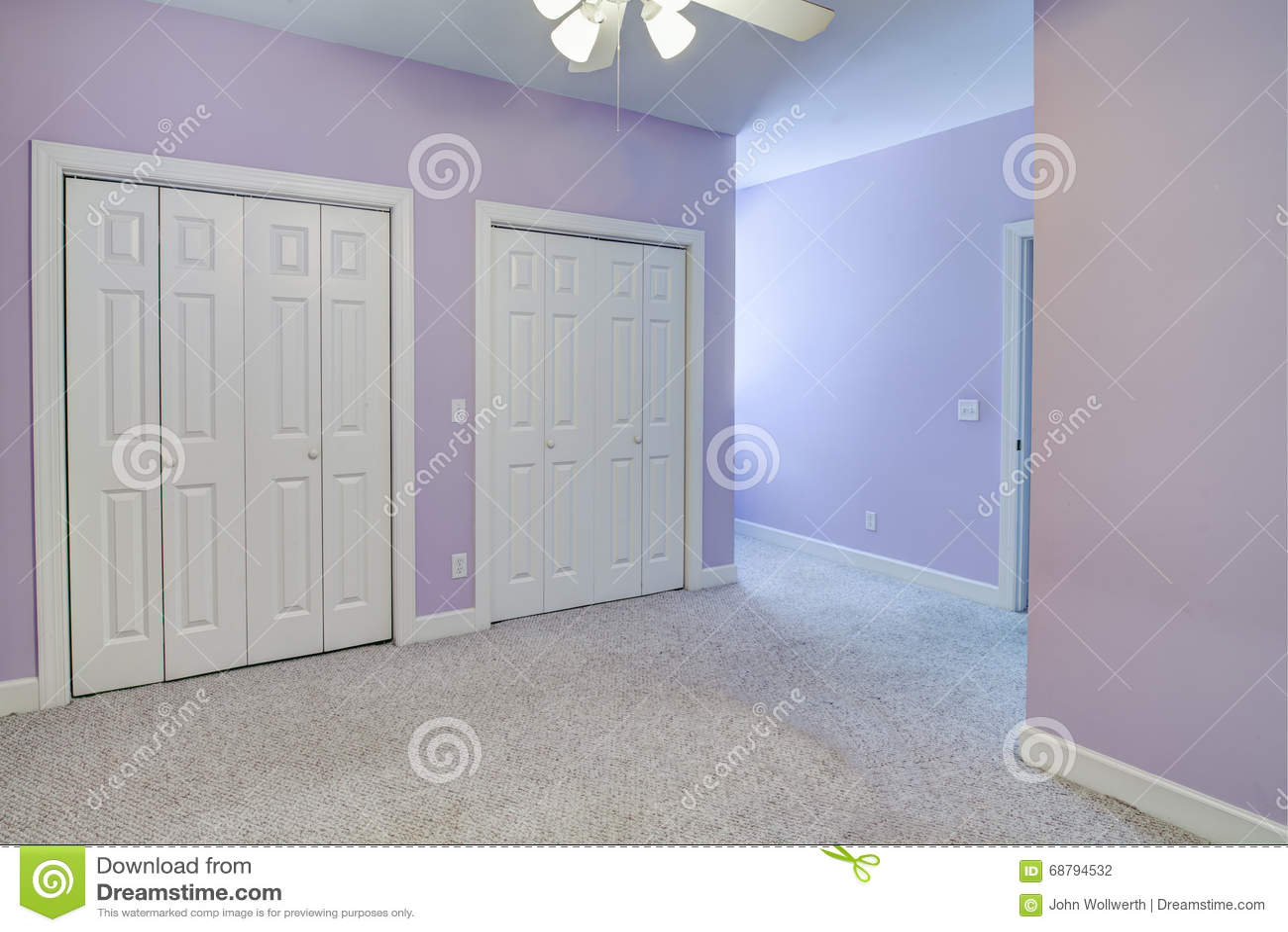 简单的空的卧室,