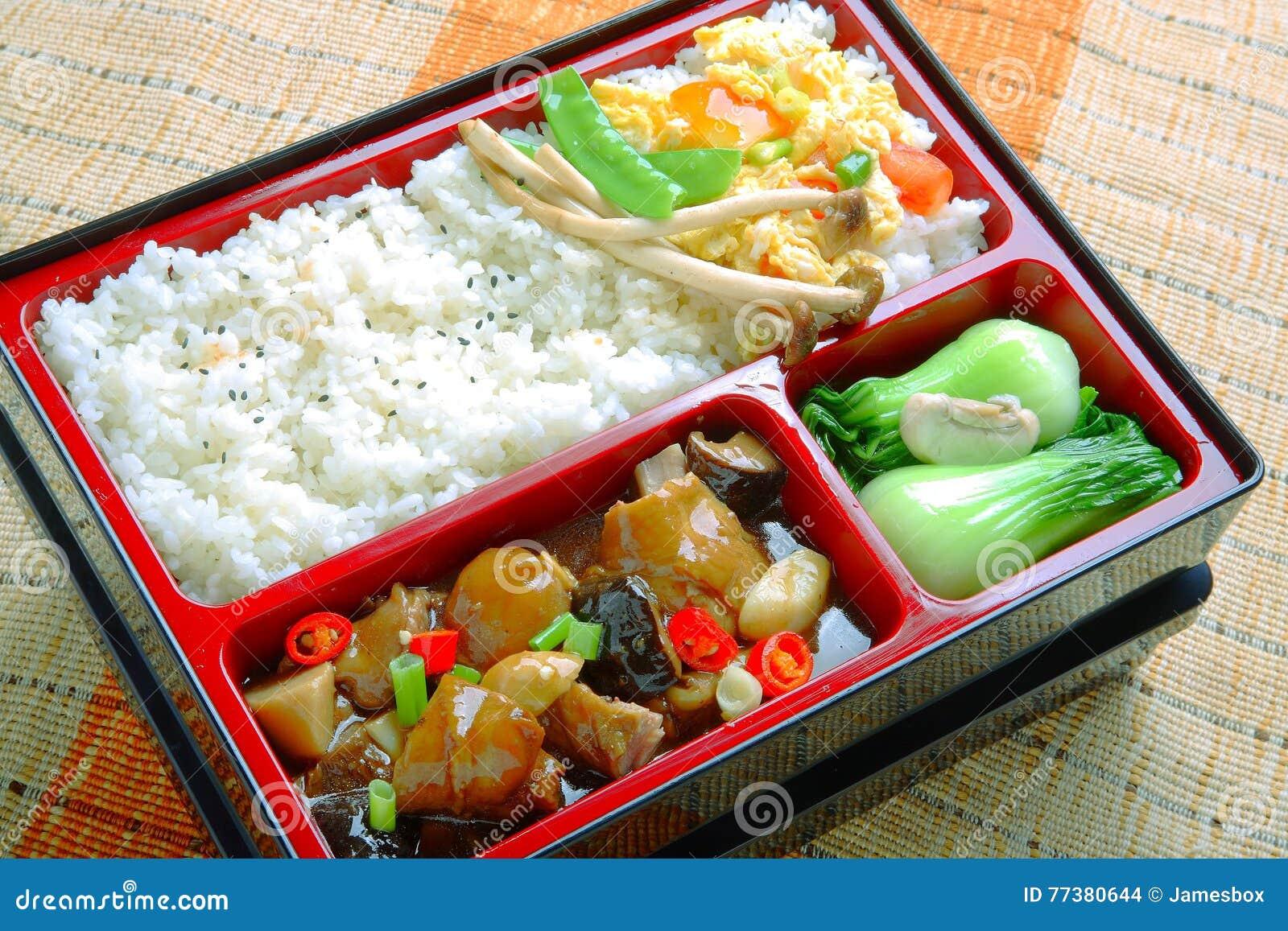 简单的米和油煎的蘑菇圆白菜Bento食物