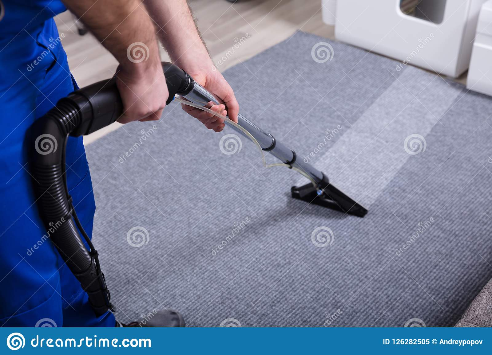 管理员清洁地毯
