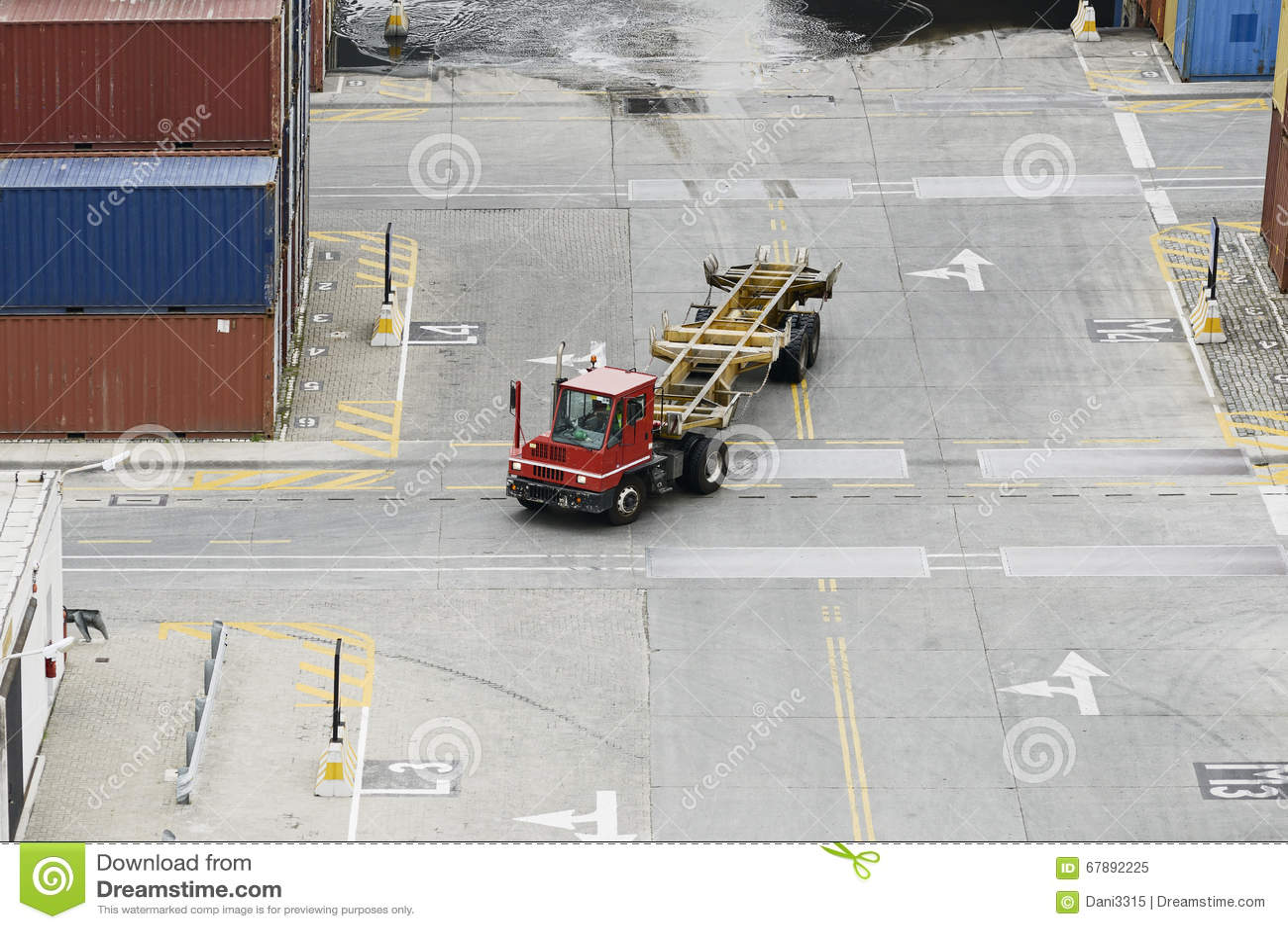 货箱卡车在货物口岸贮存区