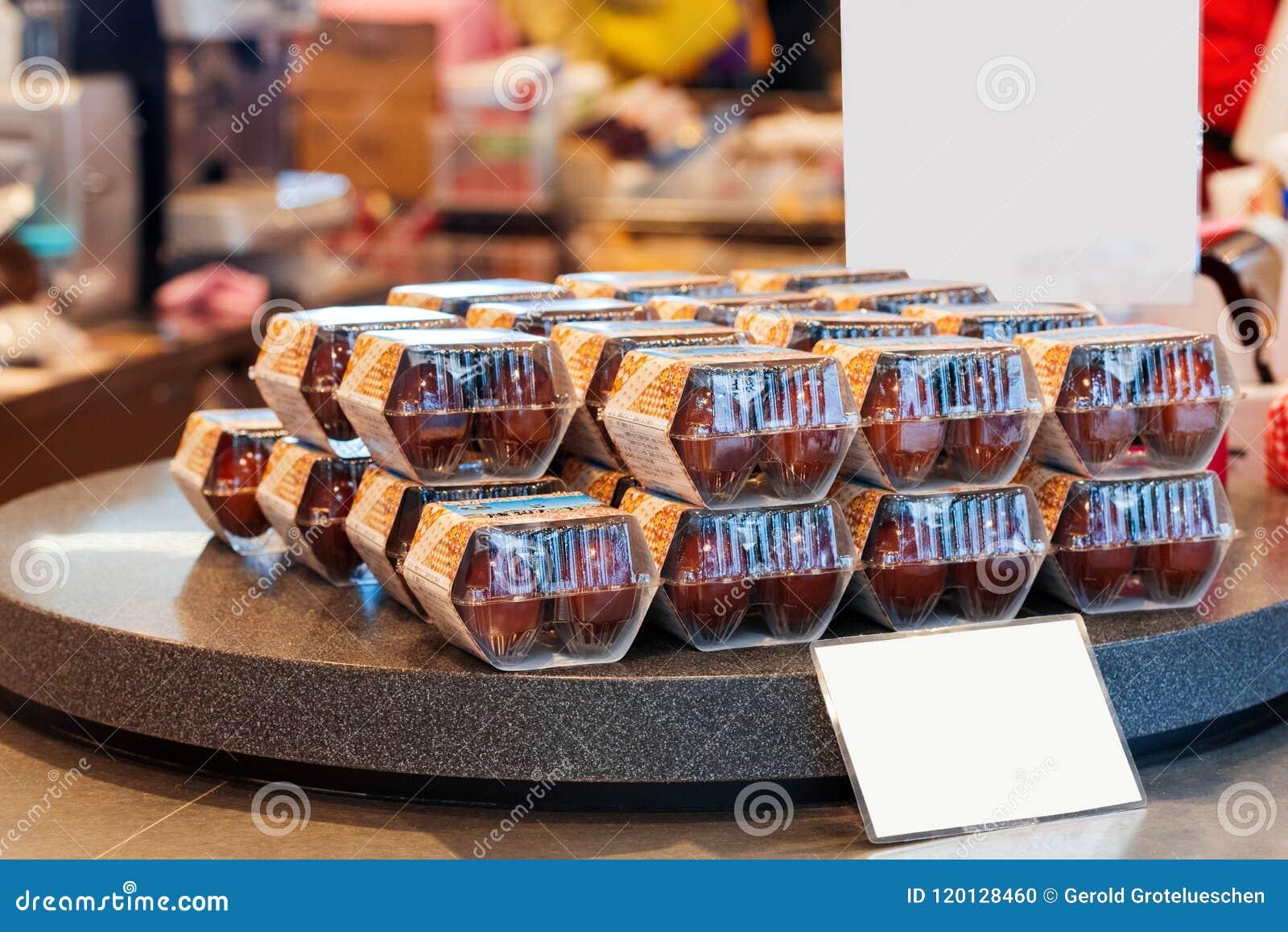 箱根,日本- 2017年11月5日:在箱子的鸡蛋在柜台在商店 框架例证文本向量