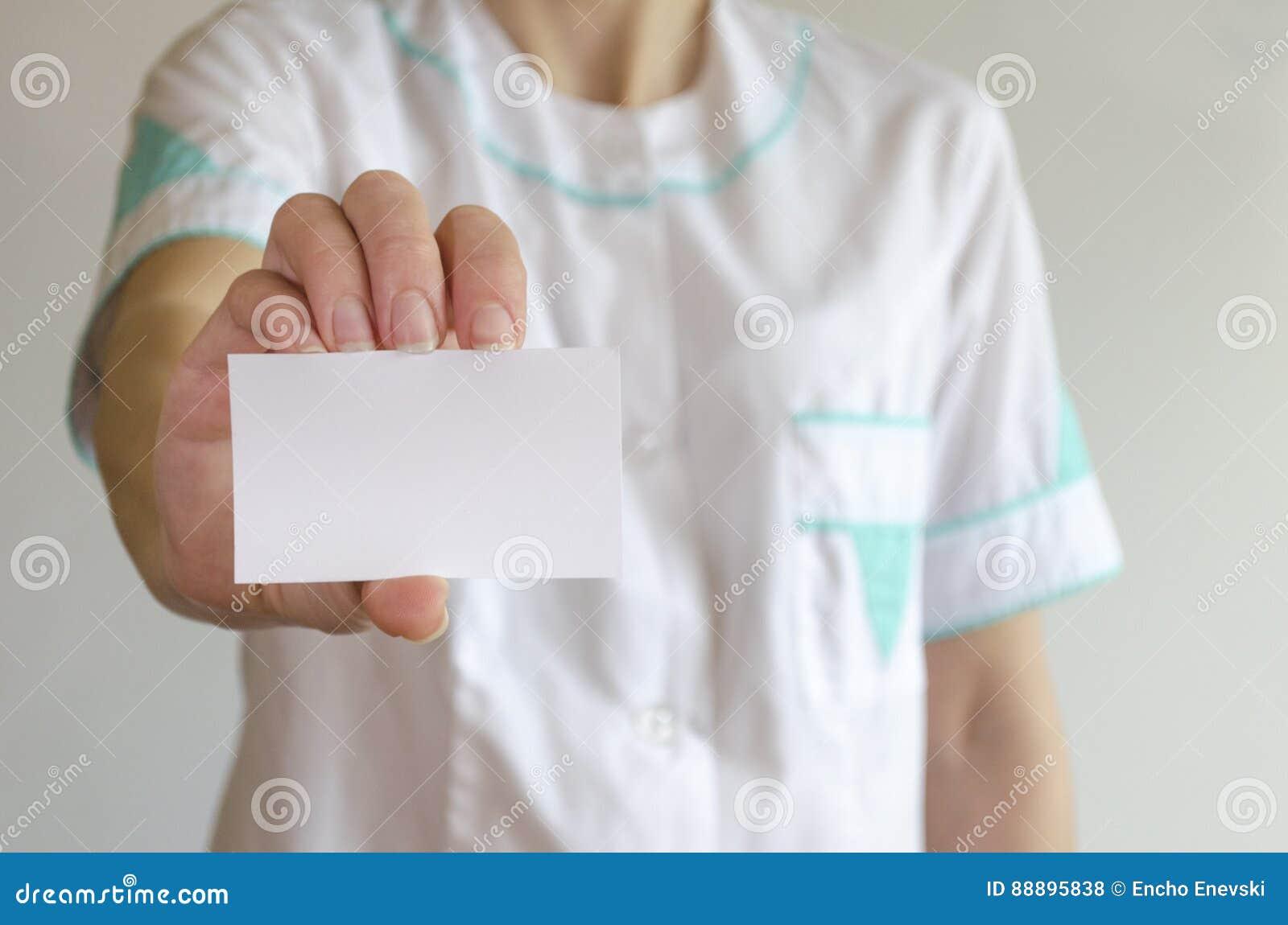 篡改拿着空白的名片的` s手