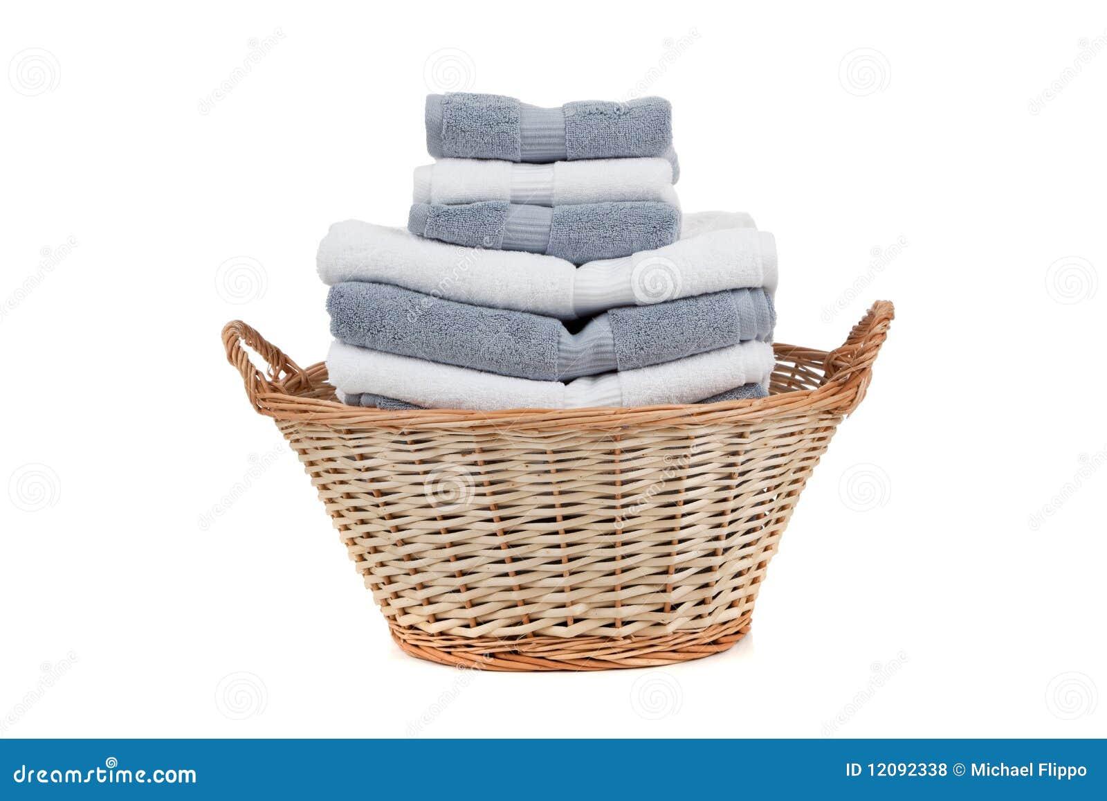 篮子充分的灰色毛巾白色柳条